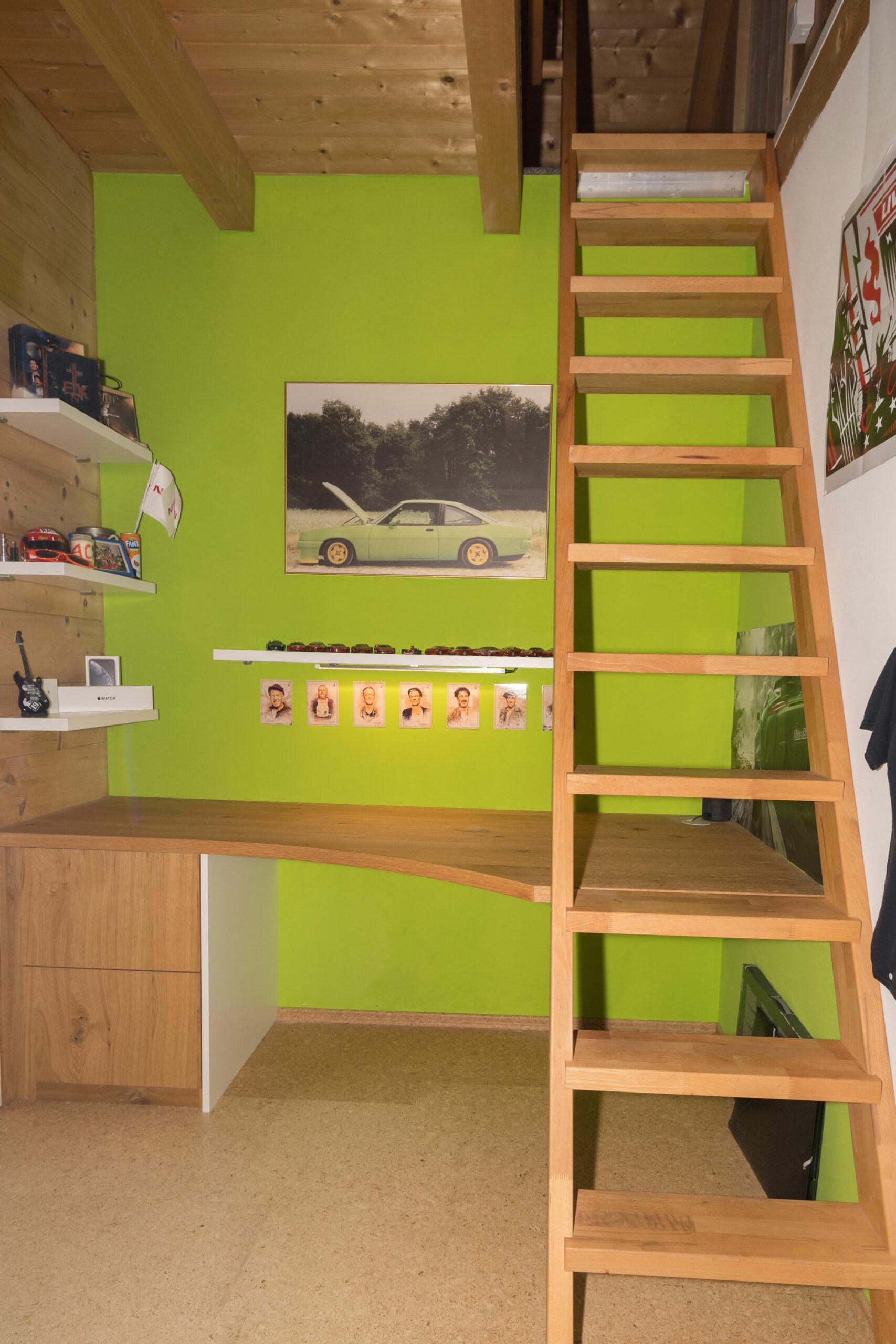 Schreibtisch Jugendzimmer mit Raumspartreppe